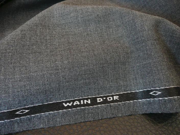 こちらは、「ウエイン・シール」が手がけた希少服地「ゴールデン・ベイル」。現在、マーチャントでは「H.レッサー&サンズ」、ミルでは「テーラー&ロッジ」しか生産・販売が認可されておりませんが、かつては「ウエイン・シール」でも販売が許されていたようです。同ブランドの中でも最上級を意味する「WAIN D'or」(仏語で最高級)の文字が記されております。お色は、トロピカル・ブルーとグレイ。本当に最高のモノが欲しい、というお客様にオススメいたします。 「ウエイン・シール」ゴールデン・ベイル トロピカル ブルー ビスポーク・スタイルド2ピース・スーツお仕立て¥270,000(税別) 「ウエイン・シール」ゴールデン・ベイル グレイ ビスポーク・スタイルド3ピース・スーツお仕立て¥300,000(税別)