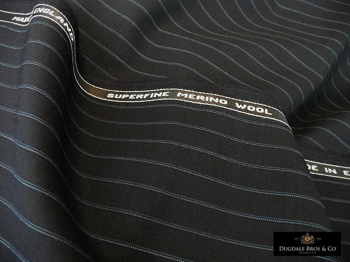 〈サマー・クラシック〉よりトーン違いのブルー ピンストライプを2本揃えたダークネイビーのダブルストライプ 200g 最高級メリノウール100%