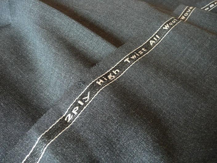 薄手(255g)なのにシワに強い。強撚糸を2本束ねて織り上げた2ply(プライ)のミディアムグレイ地です。低速織機で時間をかけて織り上げた回復性の高いビンテージ・クオリティ。透けるような薄さがもたらす清涼感をシッカリした風合いで味わえます。 ハウス・カット トラウザーズお仕立て¥25,000(税別) ハウス・カット マスター トラウザーズお仕立て¥32,000(税別) ビスポーク・スタイルド トラウザーズお仕立て¥48,000(税別)