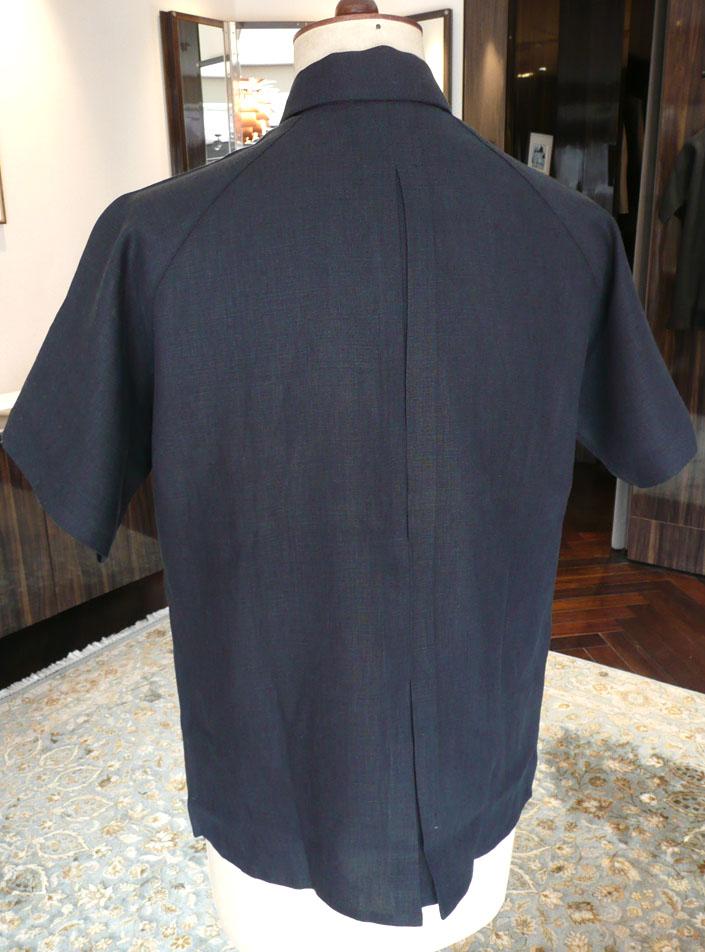 背中には当時のスポーツシャツに施されていたボックス・プリーツを再現。