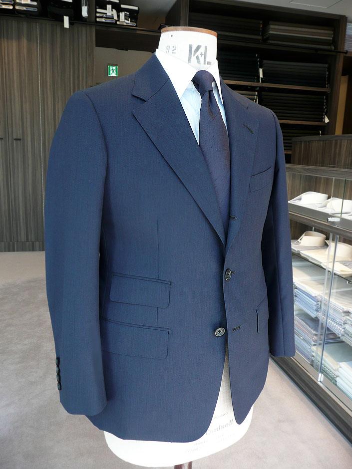 ハウス・カット2ピース・スーツお仕立て¥110,000(税別) ハウス・カット3ピース・スーツお仕立て¥130,000(税別) ビスポーク・スタイルド 2ピース・スーツお仕立て¥190,000(税別)※ ビスポーク・スタイルド 3ピース・スーツお仕立て¥220,000(税別)※ ※初回のみ仮縫いを行います。その際の仮縫いフィッティング料金は別途¥5,000(税別)となります。