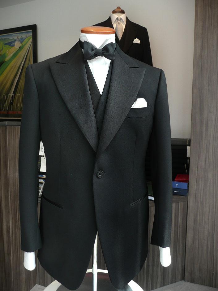 オリジナル モヘア混バラシア 320g(通年でご着用可能です) ハウス・カット タキシードお仕立て¥165,000(税別) ビスポーク・スタイルド タキシード お仕立て¥283,000(税別)※ ※初回のみ仮縫い代を別途いただきます。