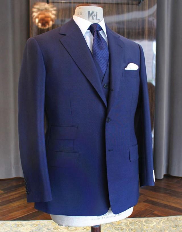 仏「ドーメル」のヴィンテージ服地(ウール70%・キッドモヘア30%)でお仕立てしました。オーダーは、ビスポーク・スタイルド。2月にご注文いただいた春夏用の3ピース・スーツでござます。300g平織りで、NEWドレープカットを選択してくださいました。非常にキレイなブルーのお色で、ヴィンテージ・ストック品らしいコシとキレのあるスーツに仕上がっております。 ちなみに、この服地は全店に1着ずつ在庫がござますので同じものがご注文いただけます。
