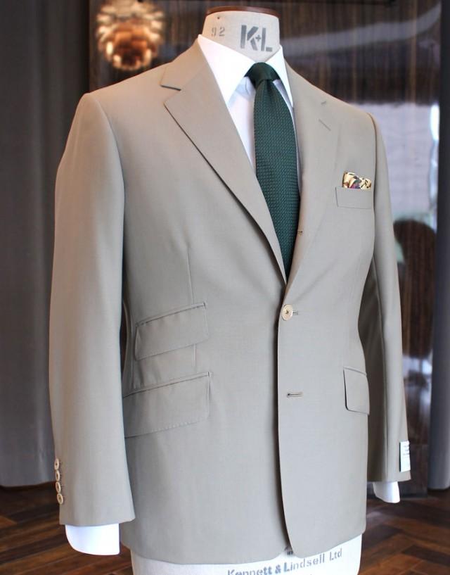 こちらは、ビスポーク・スタイルドでオーダーいただきましたジャケットです。英「バウワー・ローバック」の平織りウール地(ウール100%)を選択され、NEWドレープ・カットでお仕立ていたしまた。ウエイトはサマーウエイトの約240g。仕事によってはオンでも着用できるジャケットです。グレイ、カーキなどのお色のトラウザーズが似合うかもしれません。