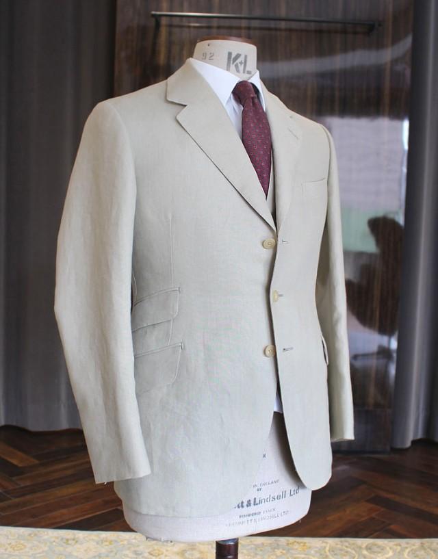 ロンドンのマーチャント「W.ビル」がストックしておりましたアイリッシュ・リネンでお仕立てした3ピース・スーツです。リネンであるためややウエイトがあり、370gとなっております。通気性が担保されますので、夏場でも着用可能と言えます。ビスポーク・スタイルドのオーダーをお選びになり、ダービーカットでお仕立ていただきました。この服地に関しましては在庫がございますので店頭あるいは電話にてお問合せください。