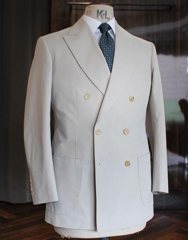 英「ラモージ」の平織り軽量コットン(250g)でお仕立てしたダブルブレストのジャケットです。オーダーは納期の早いハウス・カットを選択されました。ベージュのお色が涼しげなサマーシーズン・ジャケットができあがりました。この服地はすでに在庫終売となりましたが、類似の服地を店頭在庫しておりますのでお気に召しましたらお申し付けください。