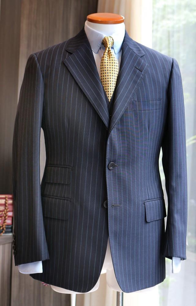 英「ダグデイル・ブラザーズ」の〈サマークラシック〉(超軽量200g)をハウス・カットでお仕立てした3ピース・スーツ。