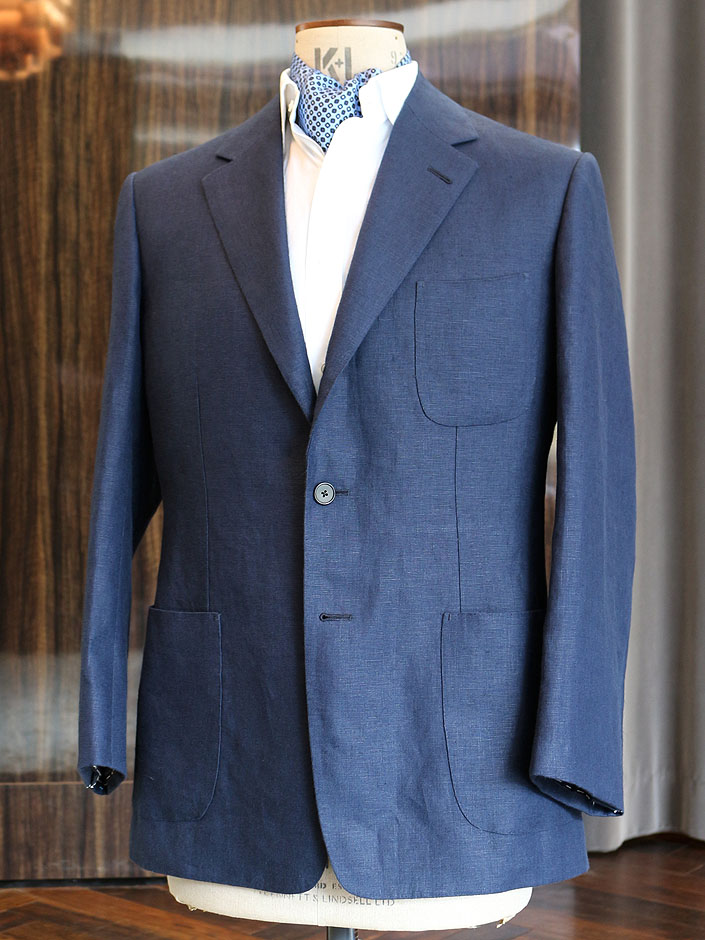 こちらは、ビスポーク・スタイルドでご注文いただいたアイリッシュ・リネン100%のジャケットです。お色はネイビー。英「W.ビル」が取り扱うアイリッシュ・リネンをお選びくださいました。3パッチ・ポケットにし、オフウエアとして着用されるそうです。贅沢な手縫い工程を施し、非常に細かな補正、クセ取りを行いますので量感のある立体的なジャケット姿を楽しんでいただけると確信しております。