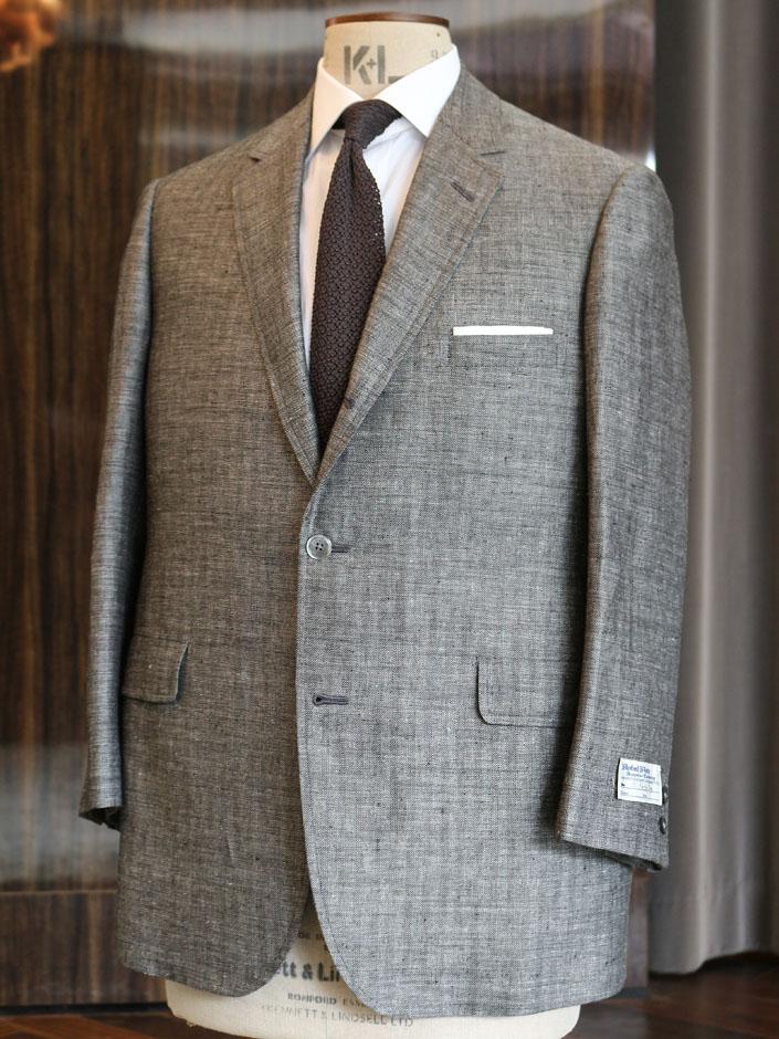 当店オリジナル・リネン(グレイ ヘリンボーン)でお仕立てした2ピーススーツです。お仕立てオーダーはハウス・カット。サック・カットをお選びになり、夏場にふさわしいリラックスしたビジネス・スーツとしてご利用くださるそうです。