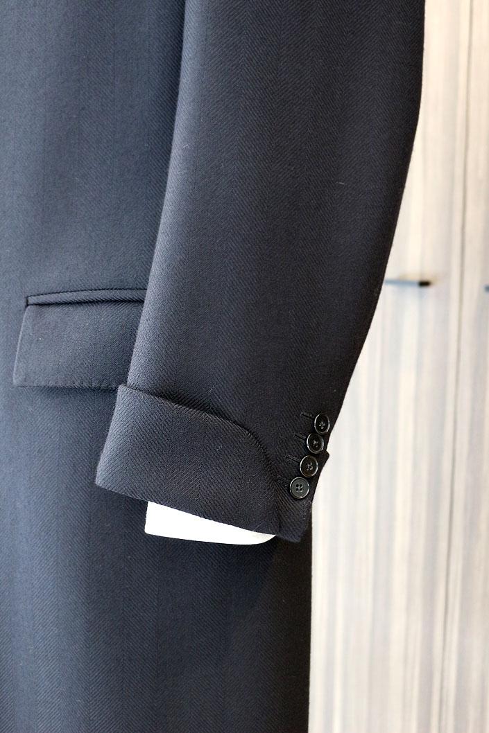batak オリジナルの新作チェスターフィールド・コート。ネイビーのヘリンボーン(オリジナルのダブルクロス)。 9月より受注開始いたします。