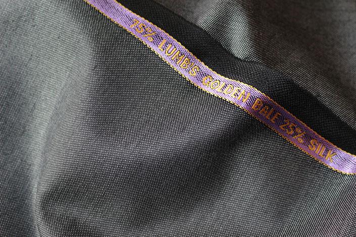 英「テーラー & ロッジ」 ラムズ・ゴールデンベイル75%/シルク25%/グレイのピンヘッド ハウス・カット 3ピーススーツお仕立て¥230,000(税別) ハウス・カット マスター(一部手縫い) 3ピーススーツお仕立て¥251,000(税別) ビスポーク・スタイルド(完全手縫い) 3ピーススーツお仕立て¥310,000(税別)