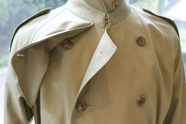 襟元、肩口のストームフラップを閉じれば言葉通り風雨激しい嵐に巻かれても、 帽子を組み合わせれば傘がなくても活動しやすいところも軍服由来ならでは。