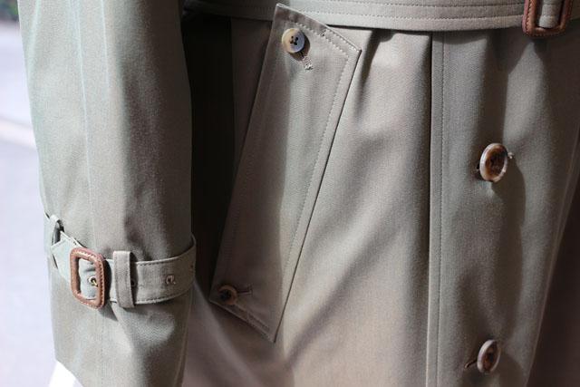 保温だけでなくと袖口から冷気、風雨の侵入を妨げるストラップ。 腰のストームポケットもフタの重なりが雨どい代わりになってます。
