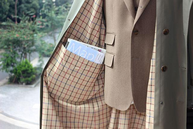 コートの前を開けず防寒を保ったまま中に来ている洋服のポケットにも手を伸ばせ、 コート自身の大きなマガジンポケットにはカバン代わりに雑誌、新聞も余裕の大容量。 少しくらいの膨らみもドレープに隠れてしまいます。