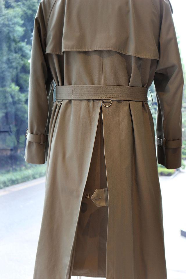 背中のアンブレラヨーク、そこから裾に流れるインバーテッドプリーツ 傘の役割を果たす為に広がりを抑えているボタンを外せばAラインが強くなり効果が増します。